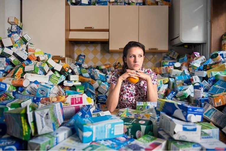 reciclaje-botellas-leche-obra-basura