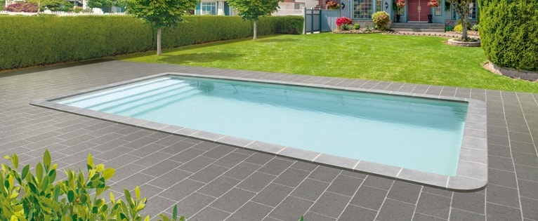 poliester-piscina-jardin