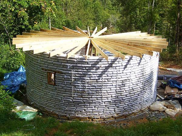 casas-sacos-tierra-cubierta-madera