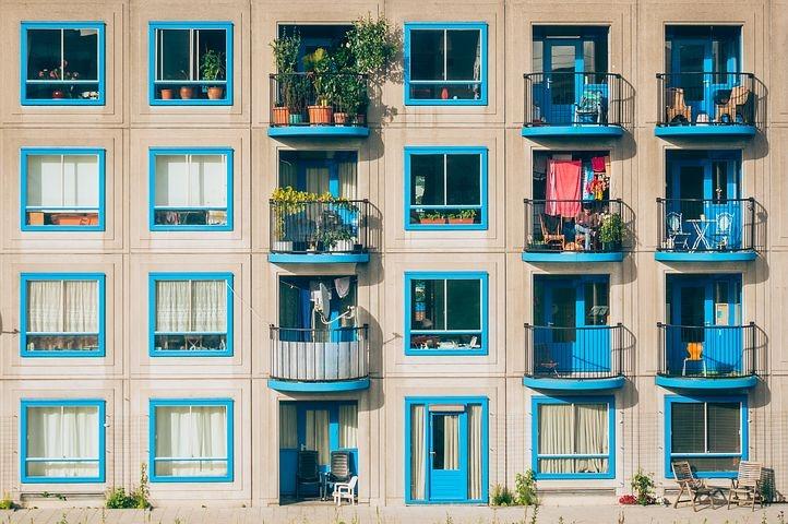 fachada-ventanas-azules