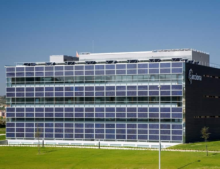 paneles-fotovoltaicos-muro-edificio