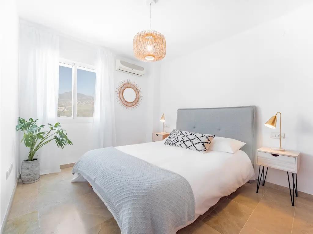 habitacion-pared-blanca-decoracion-interiores-ecologica