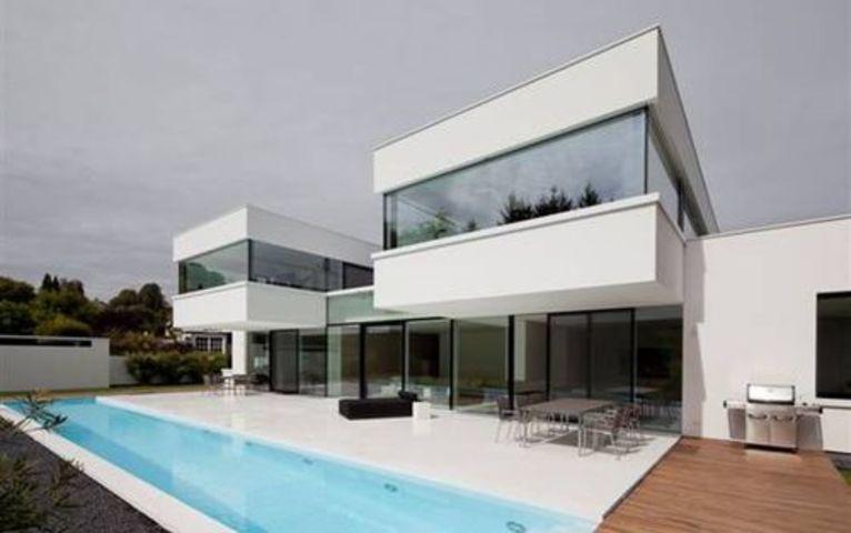 La imagen tiene un atributo ALT vacío; su nombre de archivo es casa-modular-moderna-blanca-piscina.jpg