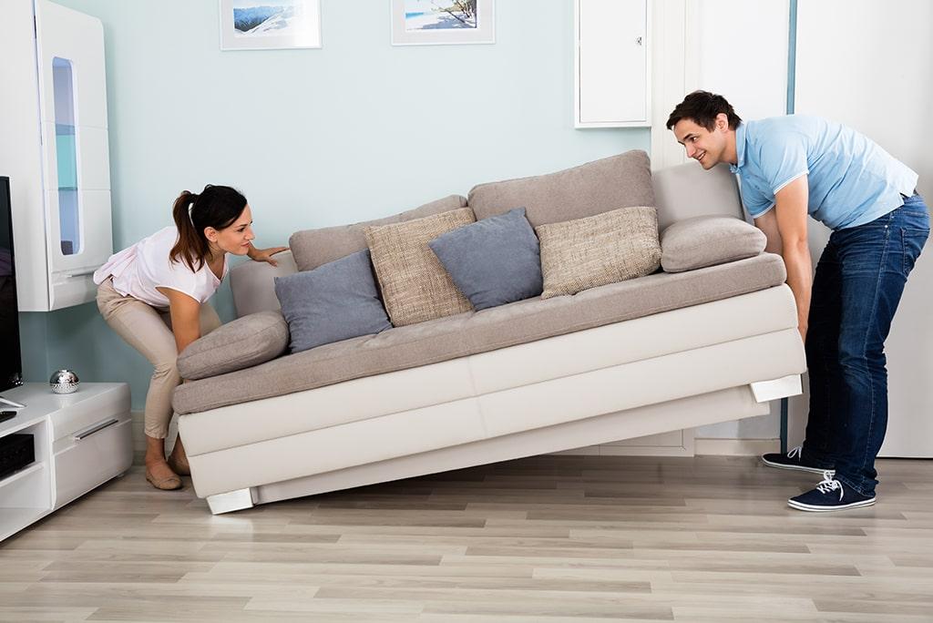 pareja-moviendo-sofa-renovar-casa