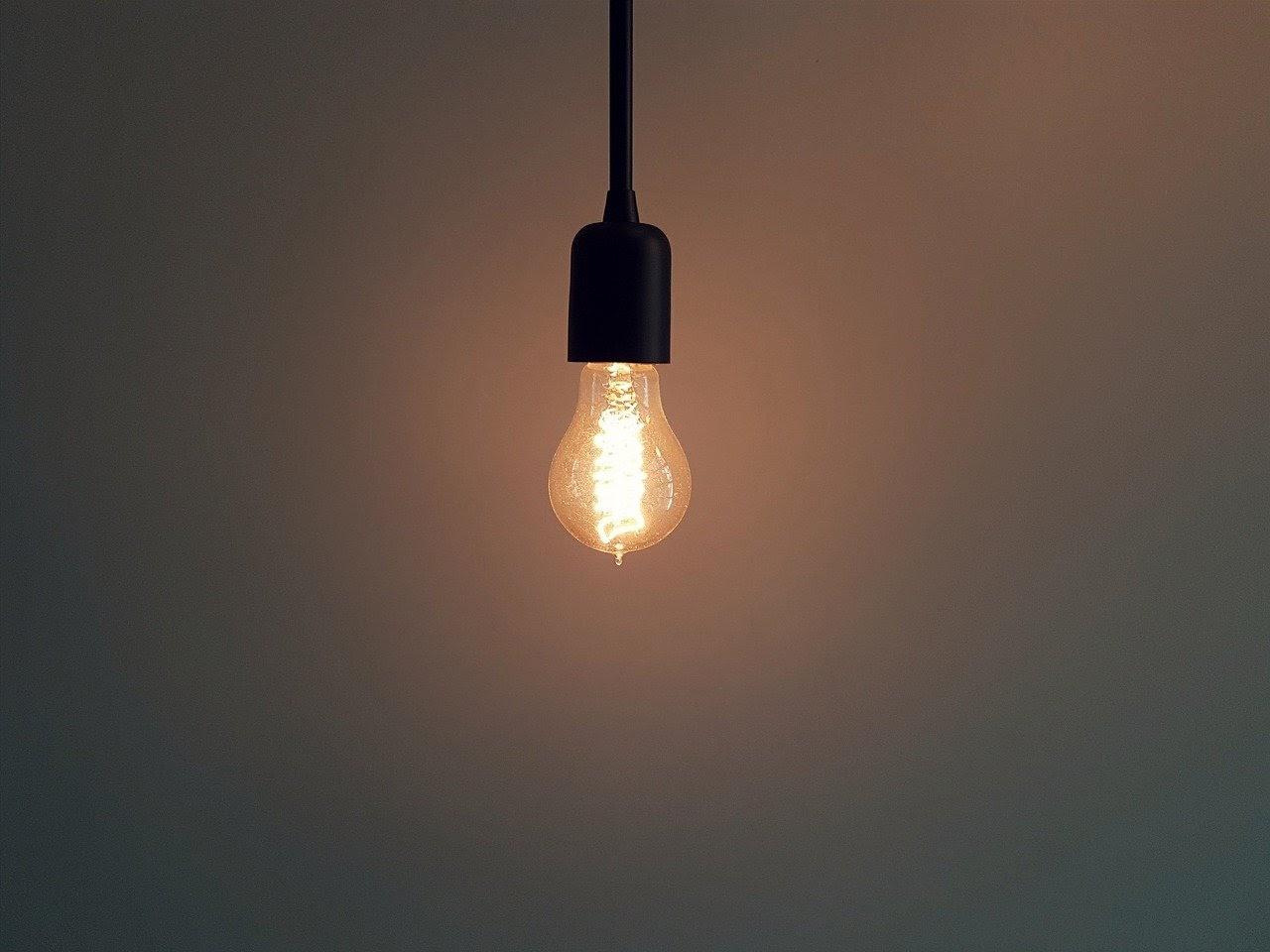 bombilla-encendida-pobreza-energética