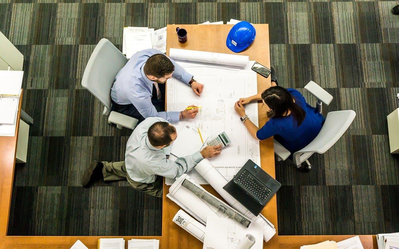 mesa-trabajadores-planos-construcción