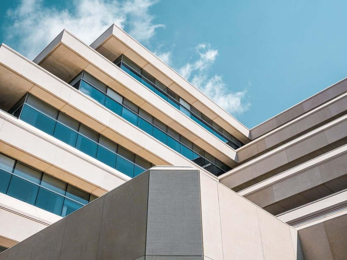 fachada-edificio-moderno-recortado-cielo